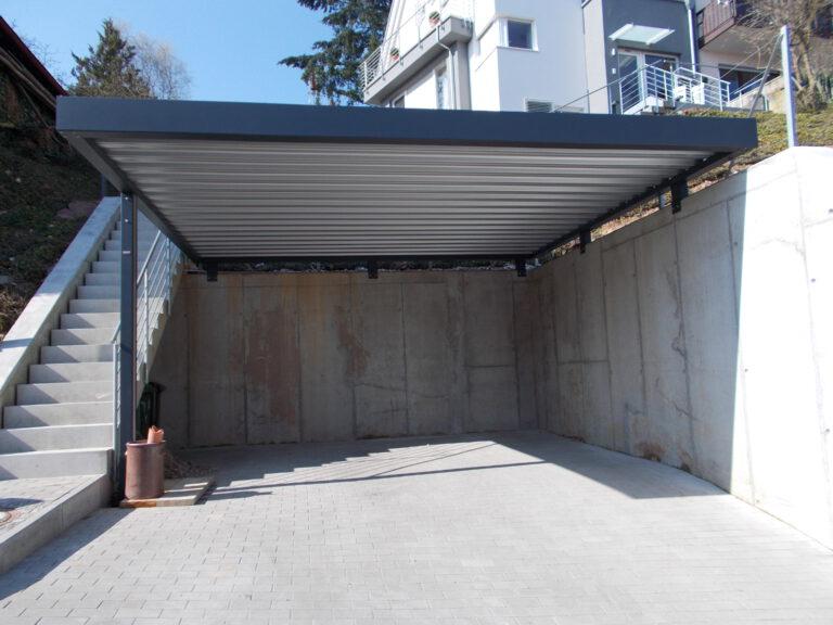Carport auf bestehende Stützmauer aufgesetzt